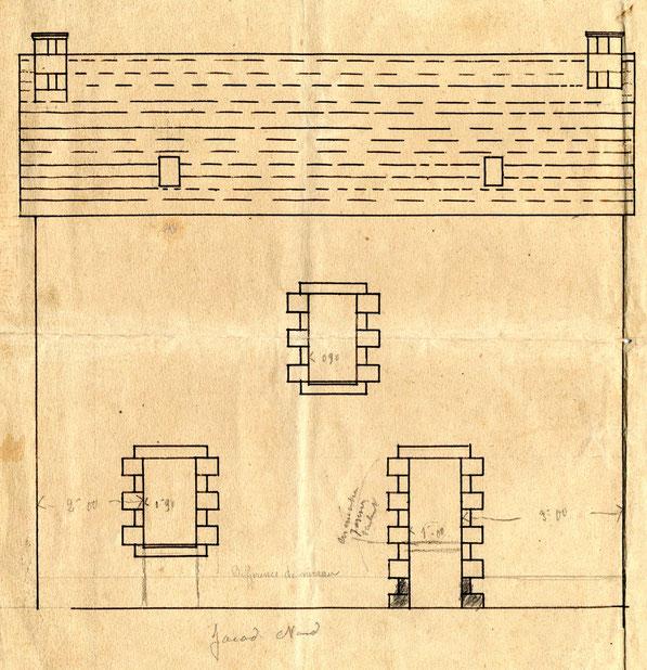 Façade nord, au rez-de-chaussée Michel Floch prévoit deux portes, une grande fenêtre au premier étage apporte de la lumière dans l'escalier, dans le toit mansardé deux petites lucarnes permettent de voir la mer au nord depuis les chambres
