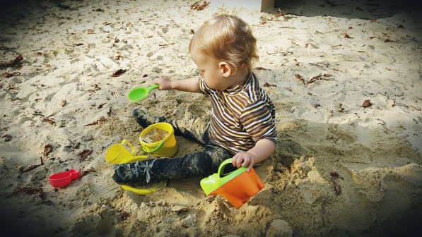 Tagesmutti Weimar - Kind im Sandkasten