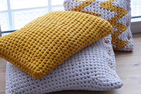 Großes Häkel-Kissen aus Textilgarn - omniview | dein DIY-Blog
