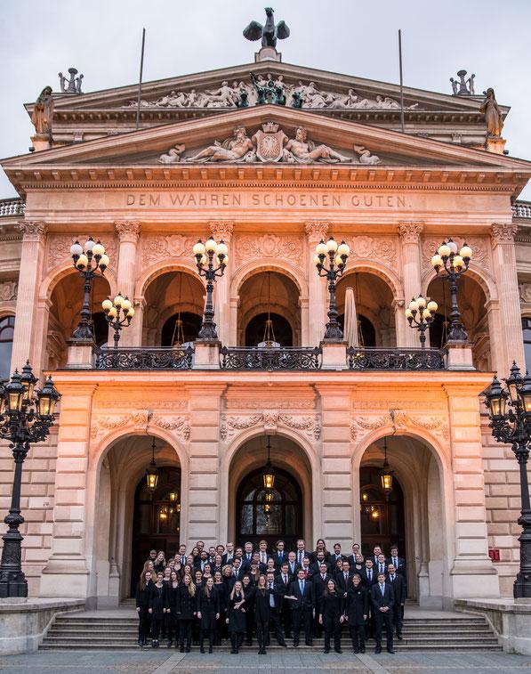 Der 21st Century Chorus vor der Alten Oper Frankfurt im Februar 2016 (Bearb.: André Schmid)