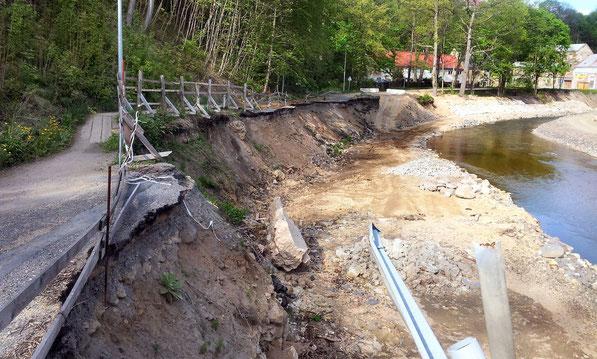 Durch Hochwasser abgerissene Straße unter dem Schlossberg