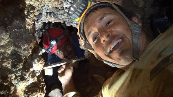 la sbarra a doppio lucchetto che regolamenta l'accesso alla grotta