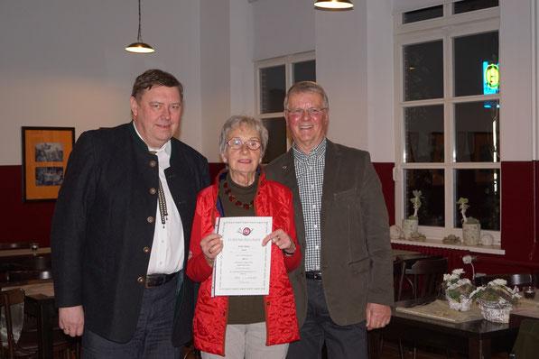 Erika , Goldnadel für 20 Jahre Mitgliedschaft
