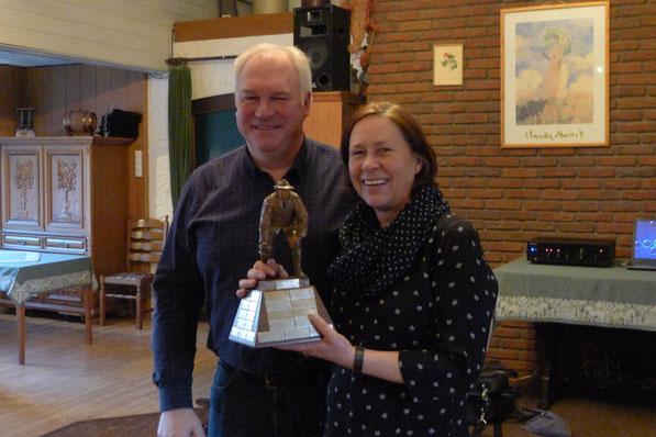 Teilen sich den Pokal der besten Boßler. Karin Klockgether und Jörg Küper.