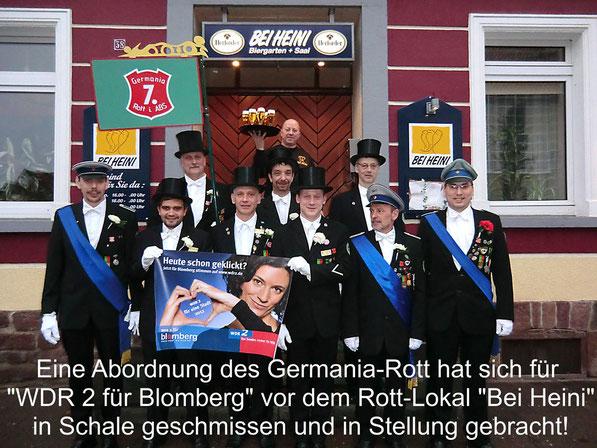 """Germania-Rott -Abordnung mit WDR2-Aktionsbanner vor dem Rottlokal """"Bei Heini"""""""