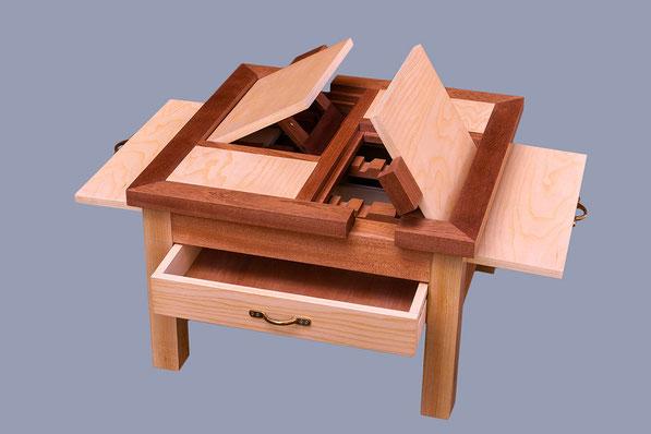 table basse carrée avec 2 lutrins, position ouverte