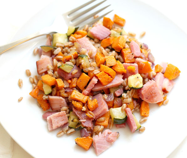 Easy recipe for farro salad with roasted vegetables and ham!