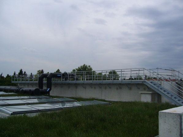 Passerelle avec escalier en acier galvanisé à chaud