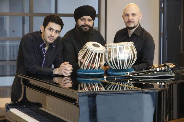 Das Trio ЯEVEAL: Aeham Ahmad (Klavier), Hardeep Deerhe (Tabla) & Thomas Zöller (Dudelsack)