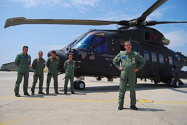 """Il Col. Giuseppe Massimetti Comante l'83° Gruppo CSAR di Cervia e il primo equipaggio del nuovo elicottero AW HH-101 """"Caesar"""" (Foto Aeronautica Militare)"""