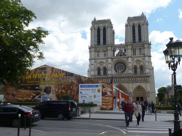 Sur le parvis de Notre-Dame de PARIS