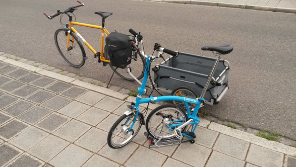 Der große Bruder, ein INTEC-Reiserad vom Typ T3, hat das neue Mitglied in der Fahrradflotte in Empfang genommen.