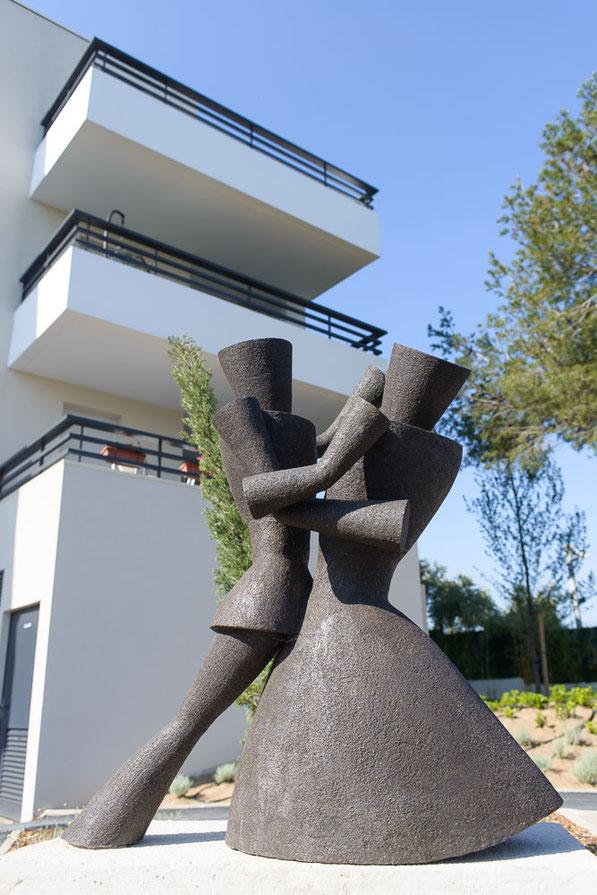 Statue de 1 mètre de haut par 1 mètre de long installée dans le jardin de la résidence L'Echappée à Marseille Château Gombert.