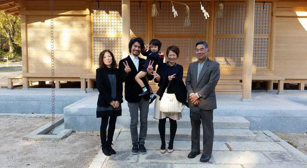 総社宮拝殿の前で記念撮影をする七五三のお参りに訪れたそうすけくんご家族