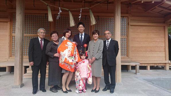 総社宮拝殿の前で記念撮影をする初宮詣と七五三のお参りに訪れたそらちゃん、こころくん家族