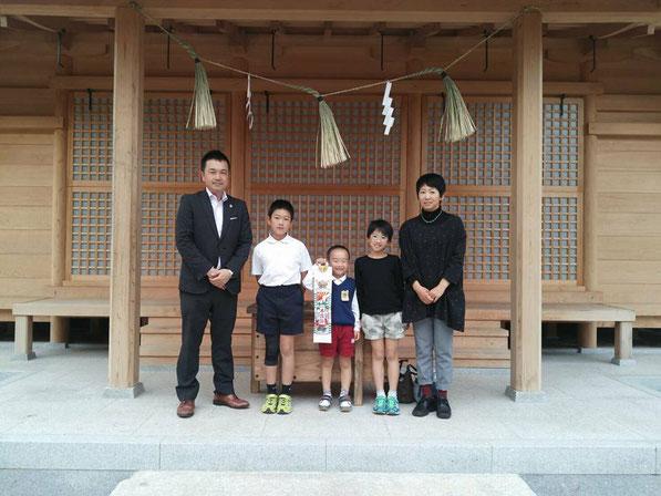 総社宮拝殿の前で記念撮影をする七五三のお参りに訪れたかんたくん家族