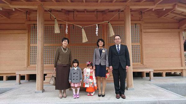 総社宮拝殿の前で記念撮影をする七五三のお参りに訪れたさちちゃんご家族