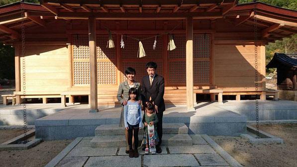 総社宮拝殿の前で記念撮影をする七五三のお参りに訪れたあやのちゃん親子