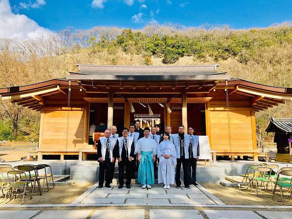 平成31年の歳旦祭後に拝殿の前で記念撮影をする宮司や総代