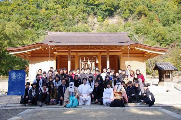 備前国総社宮の拝殿前で記念撮影する直会NAORAIの参加者たち