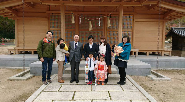 総社宮拝殿の前で記念撮影をする七五三のお参りに訪れたゆうきくん、めりちゃんご家族