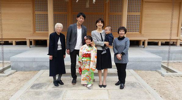 総社宮拝殿の前で記念撮影をする七五三のお参りに訪れた凜ちゃん親子