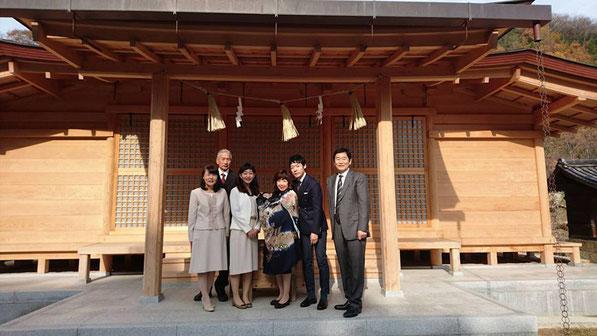 総社宮拝殿の前で記念撮影をする初宮詣のお参りに訪れたせいしろうくん家族