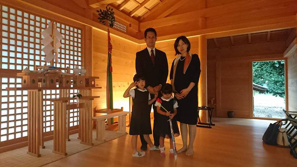 総社宮拝殿の前で記念撮影をする七五三詣のお参りに訪れたりこちゃん親子