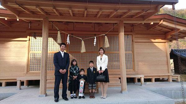 総社宮拝殿の前で記念撮影をする七五三のお参りに訪れたとうごくん親子