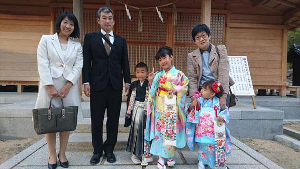 総社宮拝殿の前で記念撮影をする七五三のお参りに訪れたみちこちゃん、やすのりくん、ゆりなちゃんのご家族