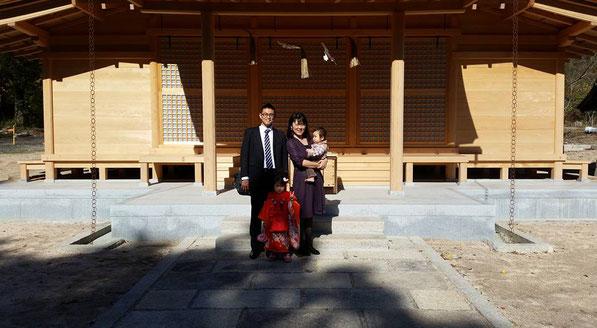 総社宮拝殿の前で記念撮影をする七五三のお参りに訪れた親子3人