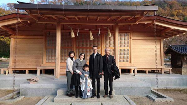 総社宮拝殿の前で記念撮影をする七五三のお参りに訪れたひでながくん家族