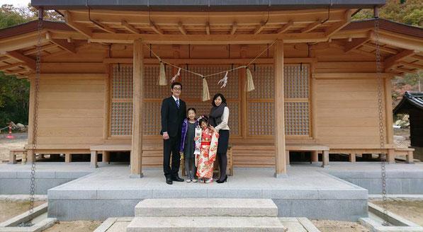総社宮拝殿の前で記念撮影をする七五三のお参りに訪れたにっきちゃん親子