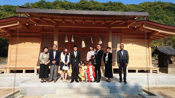 総社宮拝殿の前で記念撮影をする七五三のお参りに訪れためいちゃん、あさひちゃんのご家族