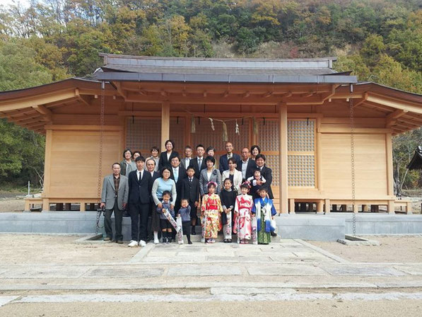 総社宮拝殿の前で記念撮影をする七五三のお参りに訪れた人たち