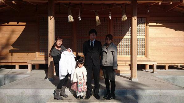 総社宮拝殿の前で記念撮影をする七五三のお参りに訪れたゆうなちゃん、ゆづきちゃん家族
