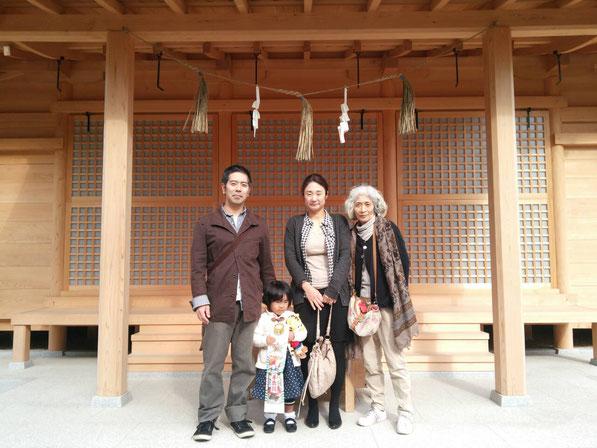 総社宮拝殿の前で記念撮影をする七五三のお参りに訪れたことこちゃんご家族