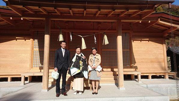 総社宮拝殿の前で記念撮影をする初宮詣のお参りに訪れたたけるちゃんご家族