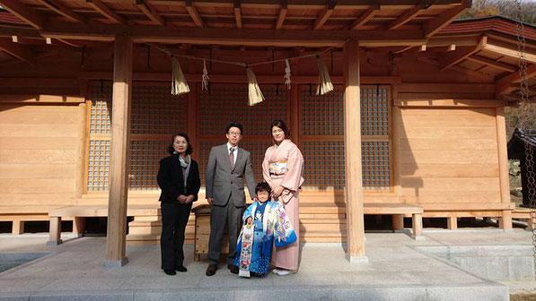総社宮拝殿の前で記念撮影をする七五三のお参りに訪れたけいとくん家族