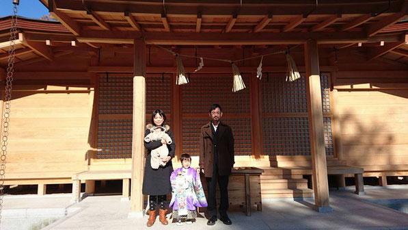 総社宮拝殿の前で記念撮影をする七五三のお参りに訪れたやすたかくん親子