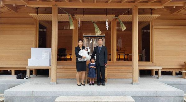 総社宮拝殿の前で記念撮影をする初宮詣のお参りに訪れた舞子ちゃん親子
