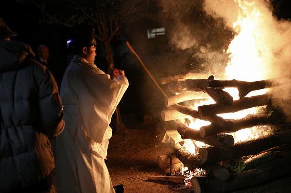 総社宮の晦日大祓祭でお焚き上げで炎の前の武部宮司