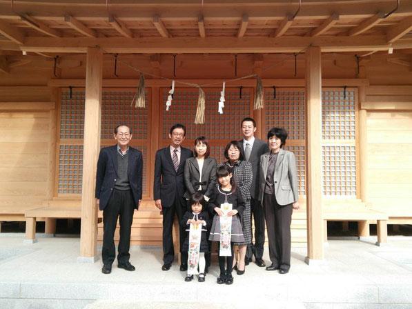 総社宮拝殿の前で記念撮影をする七五三のお参りに訪れたふうかちゃん、ももかちゃんご家族