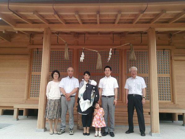 総社宮拝殿の前で記念撮影をする初宮詣のお参りに訪れた幸祐くんご家族