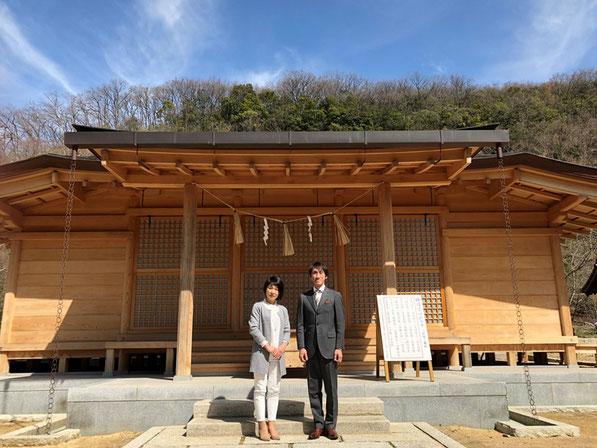 総社宮拝殿の前で記念撮影をする商売繁盛のお参りに訪れた笠原夫妻