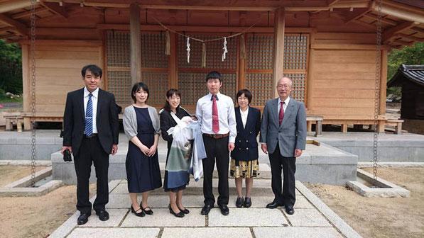 総社宮拝殿の前で記念撮影をする初宮詣のお参りに訪れたたけるくんご家族