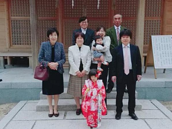 総社宮拝殿の前で記念撮影をする七五三のお参りに訪れたいずみちゃんご家族