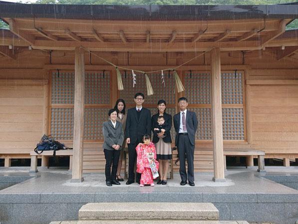 総社宮拝殿の前で記念撮影をする七五三のお参りに訪れたゆいちゃん家族