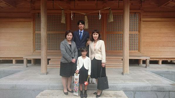 総社宮拝殿の前で記念撮影をする七五三のお参りに訪れたりんちゃん親子