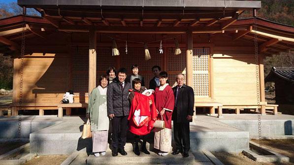 総社宮拝殿の前で記念撮影をする初宮詣のお参りに訪れたゆうあちゃん家族